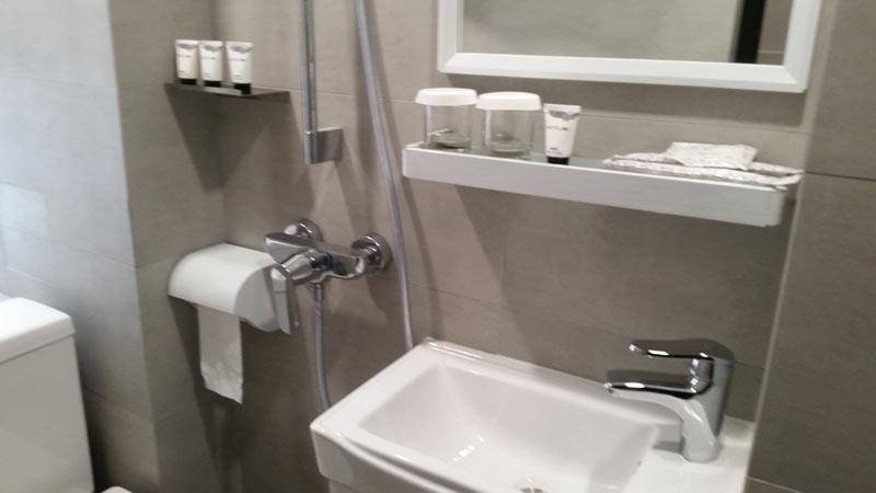 安いホテルのトイレ